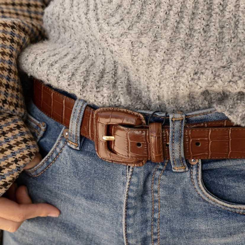 Cinturón Mujer Hebilla Forrada Coco con vaqueros